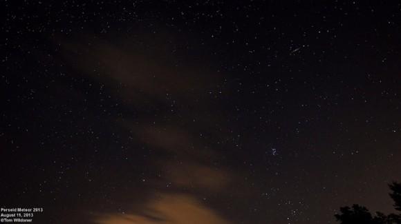 Perseidas fotografiada el 11 de agosto de 2013 a las 0255 EDT través de las nubes rotas, Weatherly, PA.  20 segundos de exposición, ISO 1600 con un objetivo de 14 mm Samyang.  Crédito y copyright: Tom Wildoner.
