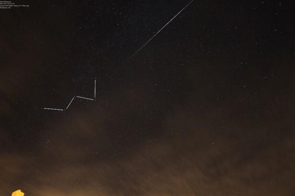 A las Perseidas y la constelación Cassiopeia visto sobre Winchester, Reino Unido.  Crédito y copyright: Paul Williamson.
