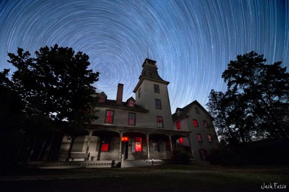 Estrellas de remolino sobre la Mansión Batsto en Nueva Jersey.  Crédito y copyright: Jack Fusco.