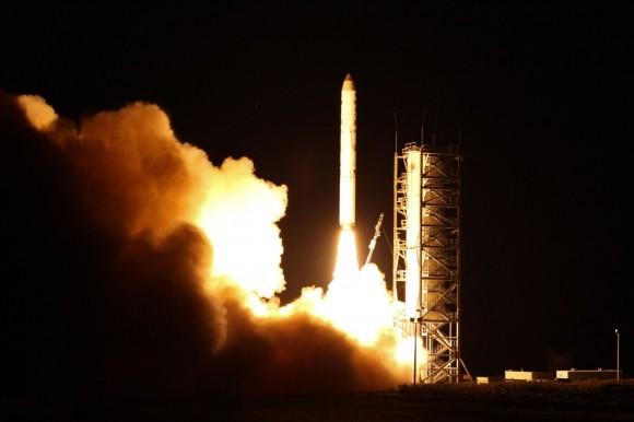 El lanzamiento de LADEE a bordo de un Minotaur V el 6 de septiembre de 2013.  Crédito: NASA Wallops / Chris Perry