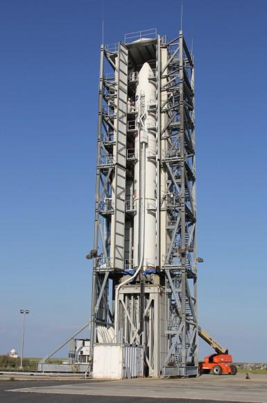 Puertas de pórtico se abren para exponer Minotaur V de lanzamiento de cohetes LADEE orbitador lunar de la Luna el 06 de septiembre 2013 de la plataforma de lanzamiento 0B de la NASA Wallops Island.  Crédito: Ken Kremer / kenkremer.com