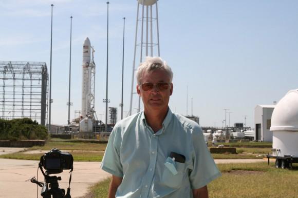 Ken Kremer (Universe Today) y Antares cohete en NASAWallops 0A Launch Complex.  Crédito: Ken Kremer