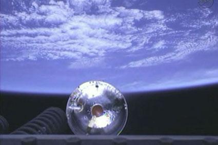 Cámaras en la segunda etapa capturó esta imagen asombrosa de la nave espacial Cygnus separación del cohete en órbita.