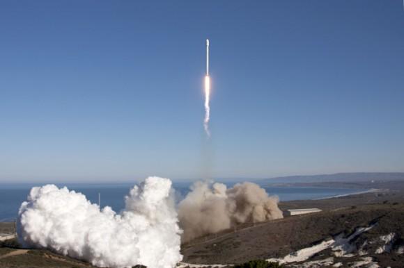 Falcon 9 despega desde la plataforma de SpaceX en Vandenberg el 29 de septiembre de 2013 la realización de satélite CASSIOPE de Canadá en órbita.  Crédito: SpaceX