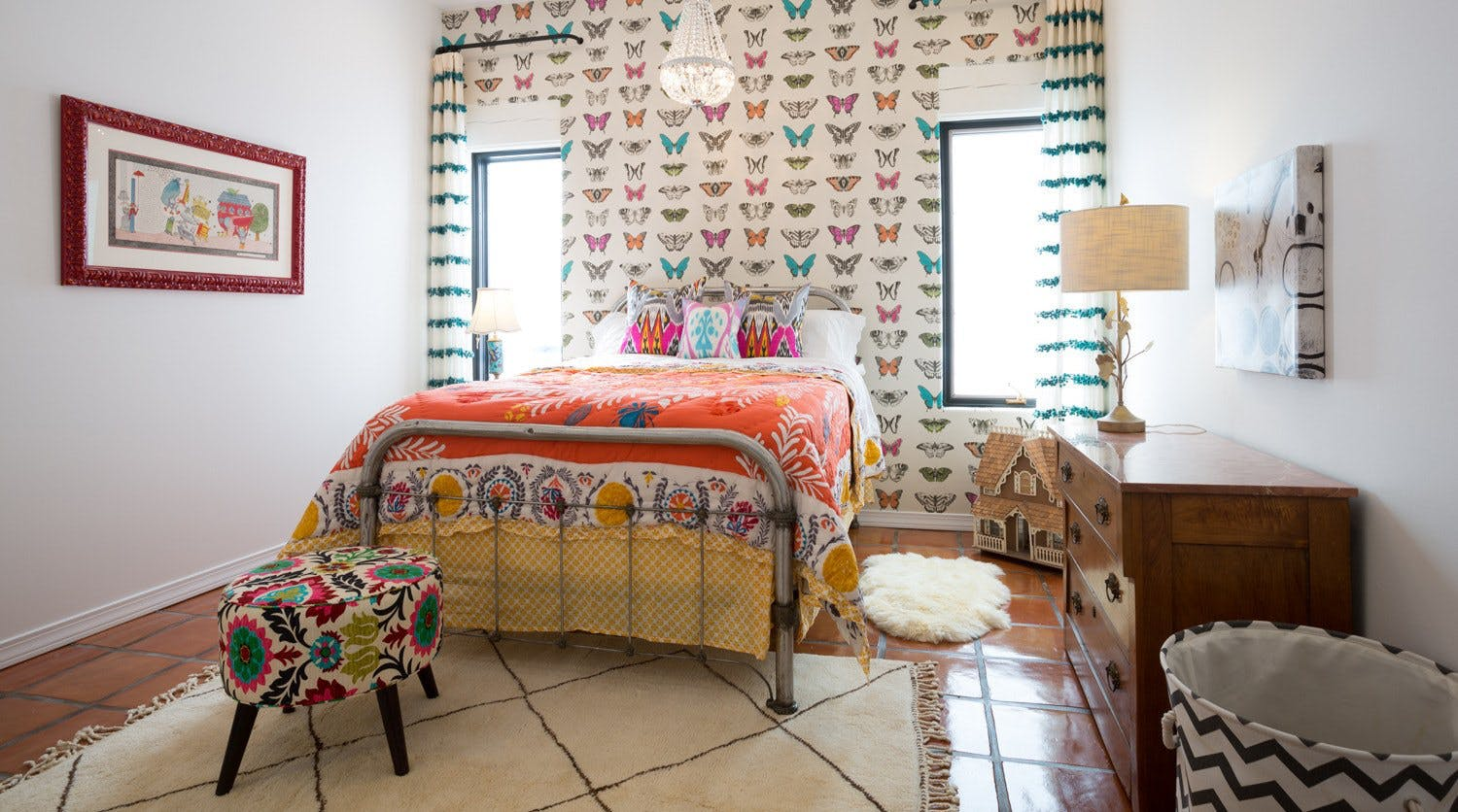 Such a cute Midcentury rug and colorful bedding combo
