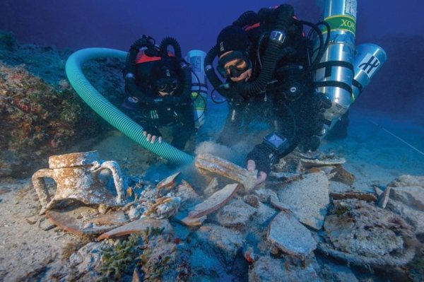 Divers return to famous Antikythera wreck to hunt for ...