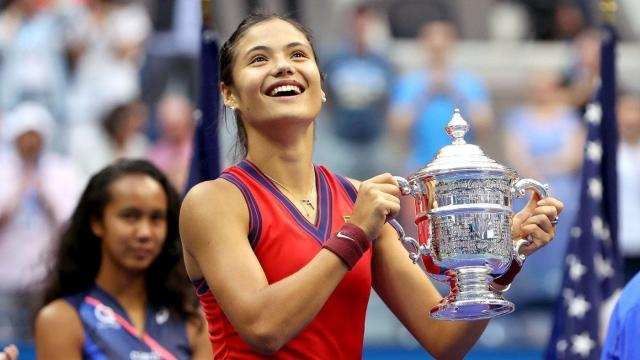 Emma Raducanu holding up the women's singles title at the 2021 U.S. Open.