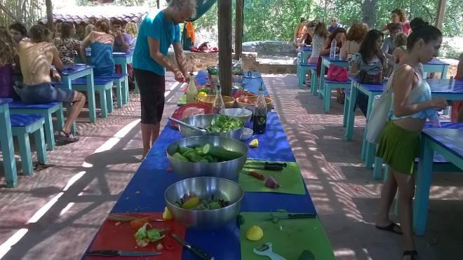Afroz'da yemek alanı
