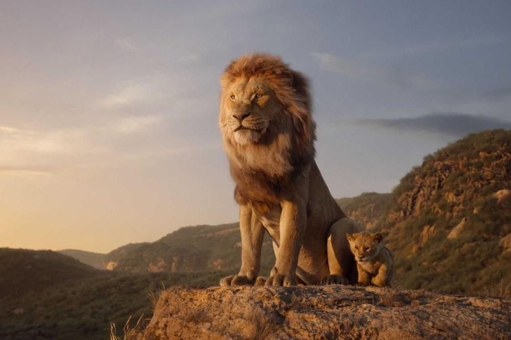 Imagem com Musafa e Simba juntos, na pedra das Terras do Reino, no filme Rei Leão.