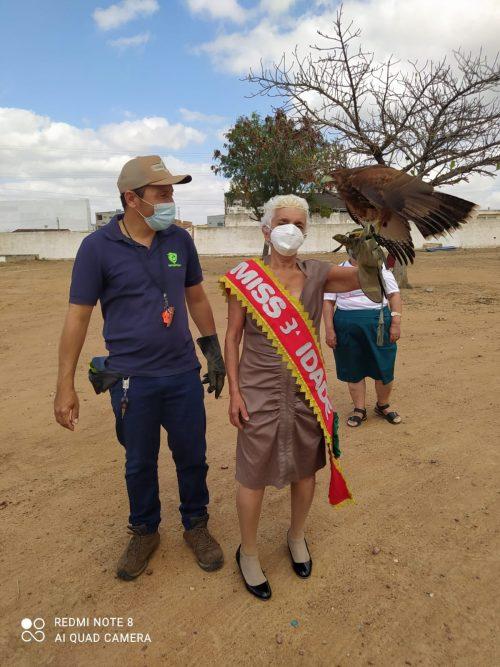 Dona Maria com a faixa e um gavião no braço - Foto: arquivo pessoal