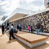 Pavilhão Brincalhão Atrai Visitantes Com Madeira Carbonizada, Alucobond E Parede Interativa De Pixel painéis de acm