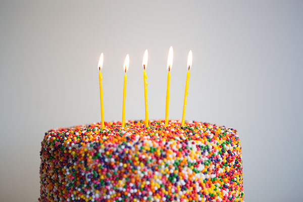 5 Easy Ways to Decorate a Birthday Cake // Whose eyes don't light up at the sight of a confetti covered confection? Easy cake decorating idea! // BumbleBits.co
