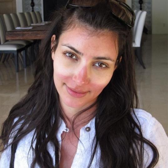 Anche le star sono umane: Kim Kardashian sfoggia con orgoglio un bellissimo segno degli occhiali da sole
