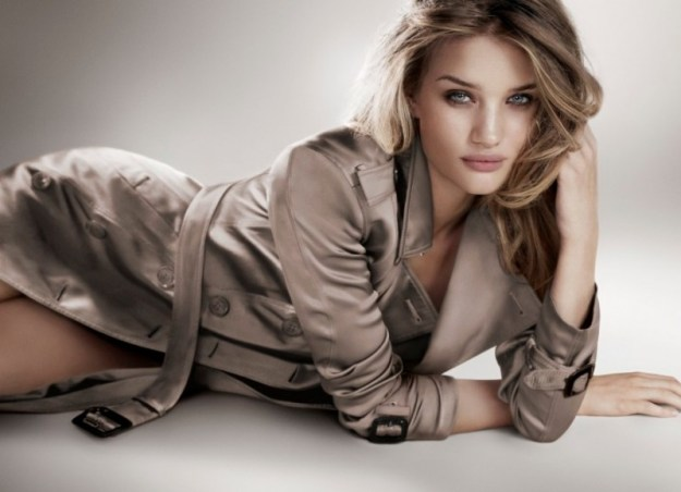 La campagna per il profumo Body di Burberry con Rosie Huntington-Whiteley