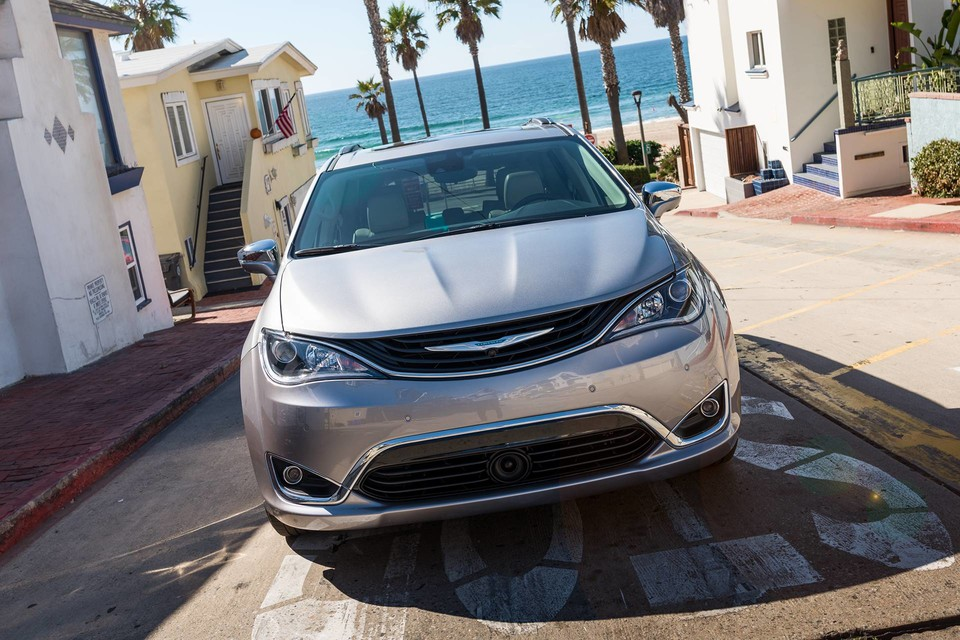 New 2019 Chrysler Pacifica Hybrid - Surrey bc