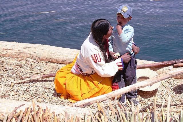 femme et enfant lac Tititcaca