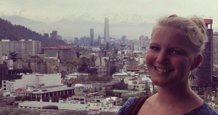 Felia lors de son échange universitaire au Chili. Derrière elle, une vue panoramique de la ville de Santiago de Chile.