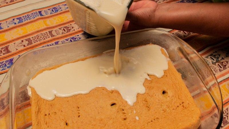 Verser le lait mixé sur le biscuit