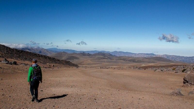 Le Paramo sans plantes ressemble par endroits à un paysage désertique ou même lunaire, l'étendue rouge sans fin semble si invraisemblable