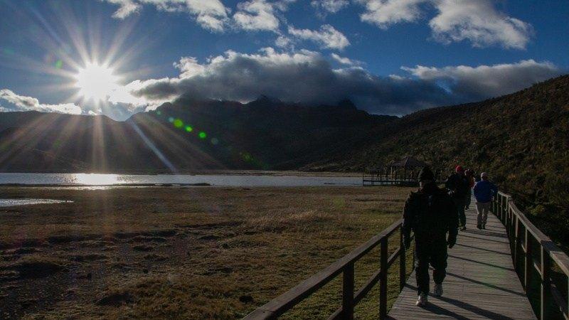 La passerelle qui mène au lagon de Limpiopungo dans le parc national du Cotopaxi.