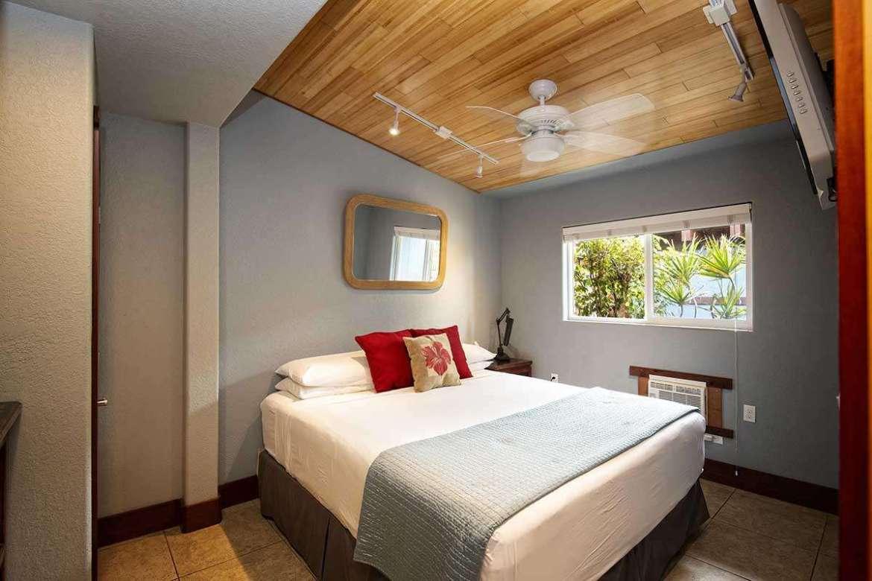 BAMBOO 2: bedroom #1, Cal. King bedding.