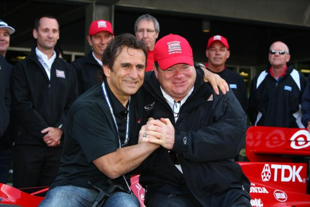 Zanardi visitó Indy en 2013 para recibir un auto de su etapa en CART... y para darle suerte a Tony Kanaan (FOTO: Chris Jones/INDYCAR)