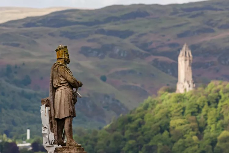 Robert the Bruce statue with the Wallace Monument