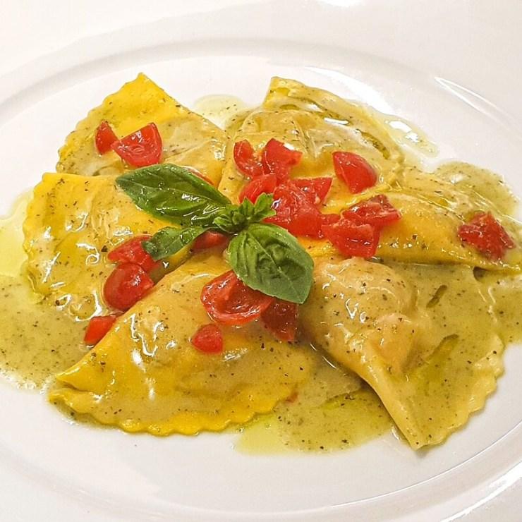 Primo piatto: Mezzelune ripiene di branzino, bottarga e crostacei in salsa di pomodorini basilico fresco