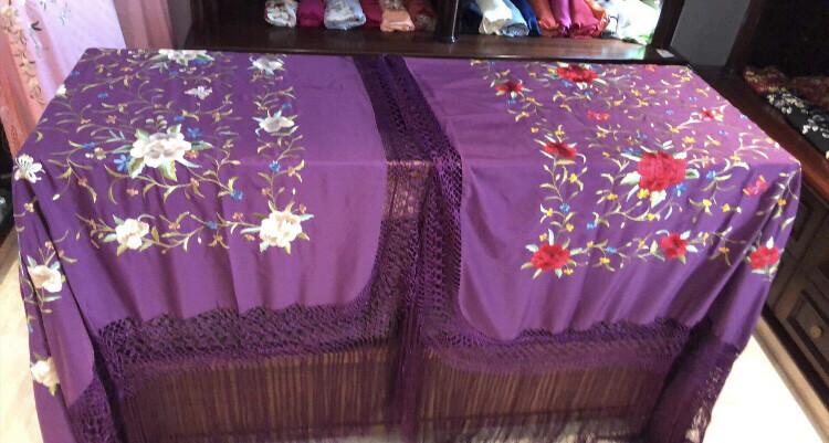 Mantón de manila morado, bordado colores medida 135x135cm