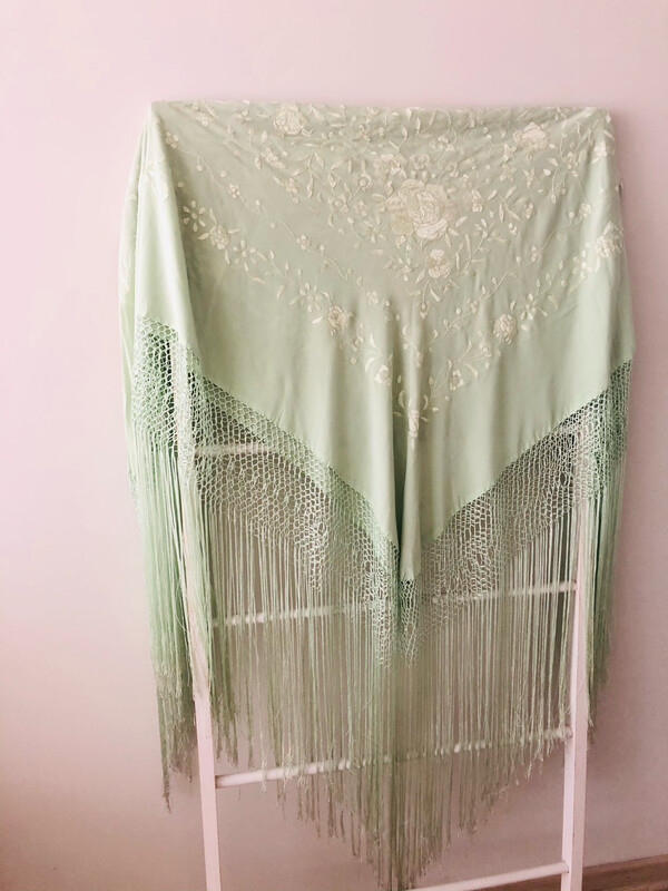 Mantoncillo verde claro bordado verde claro seda