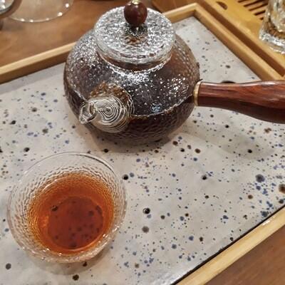 Théiere en verre martelée avec anse en bois   150ml