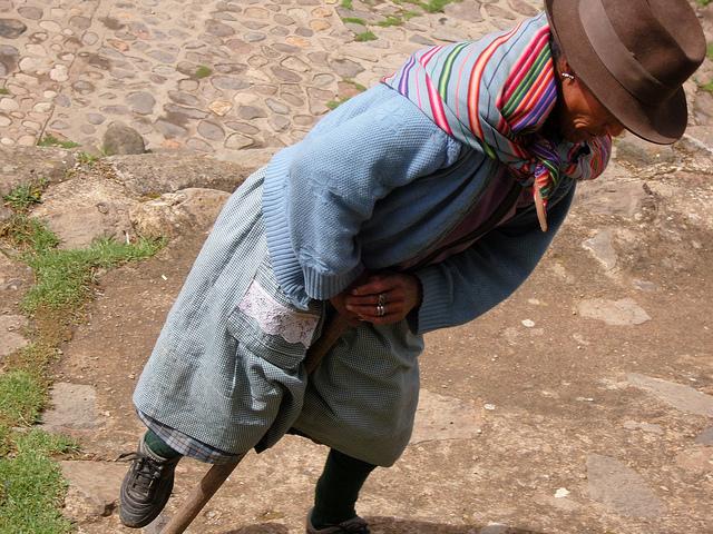 femme marchant à Ayacucho Perou