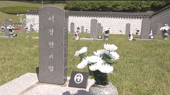 ▲ 당시 국민학교를 입학한 지 2개월 만에 계엄군의 총을 맞고 죽은 행방불명자 이창현의 령. 이 군의 시신은 끝내 찾지 못했다. 그래서 그의 묘비에는 '령'으로 돼 있다.
