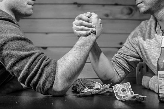 腕のレスリングお金の賭けギャンブルの手の男性強さのテーブル