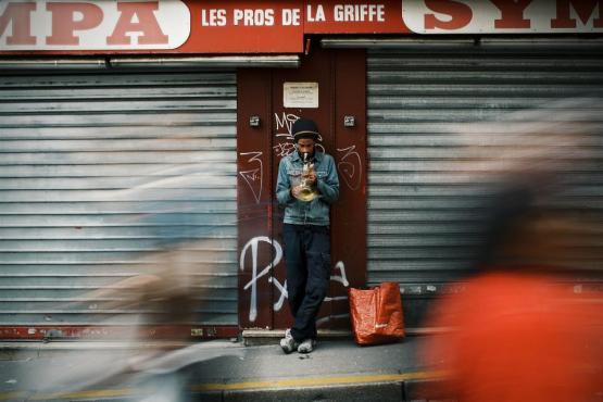 通りのアルコール人の人々のぼかしストア歩行者