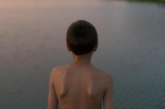 海水の人々の子供の男の子子供だけで水泳