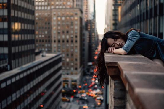 建築のインフラストラクチャーbokehライトテラスバルコニー人の女の子だけで悲しい