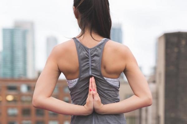 stretching yoga stretch fitness scrivania studenti studio universitari