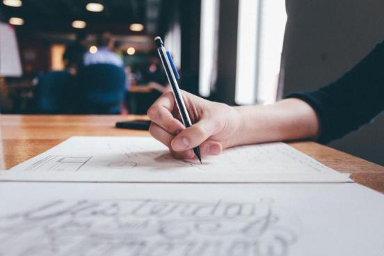 オフィススタートアップミーティングを作業描くスケッチ鉛筆手紙の事務机仕事ビジネスを書きます