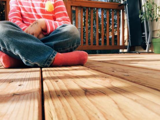木製のデッキの子供の子供のポーチの裏庭