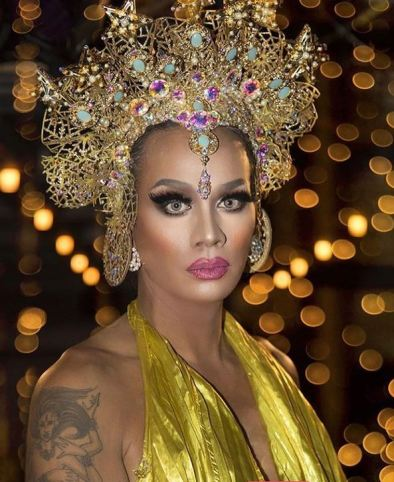 Photo of dragqueen and makeup artists Raja in a gold headpiece