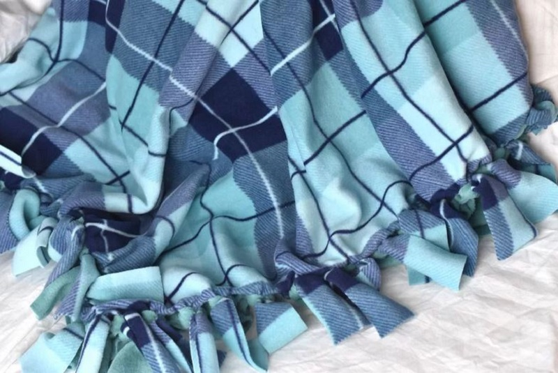Fleece knotted blanket diy
