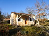 belle villa ideale pour les vacances facile d entretien dans une residence de vacances en bordure de lac avec piscine partagee et jardin prive