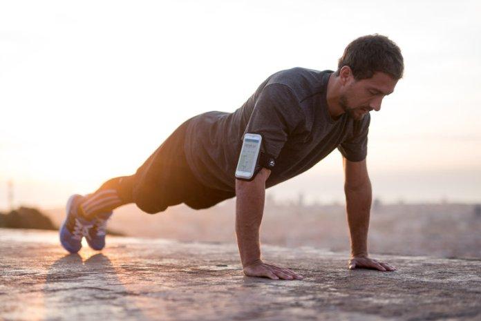 Hombre haciendo flexiones