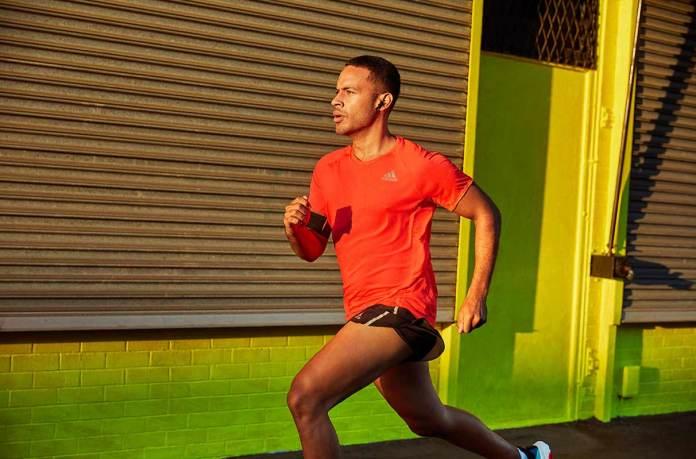 आदमी दौड़ रहा है