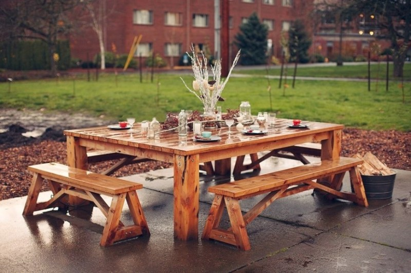 Some picnic tables can be quite large. Larger picnic tables can just sit more people. This beautiful picnic table has unconnected benches that are long enough to hold many people. Your yard can look great with a table like this.
