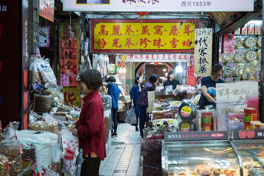 大稻埕內有許多中藥與南北貨批發商店,一般民眾也會到這來採買,特別是過年期間。