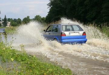 ilustrasi mobil melewati genangan air