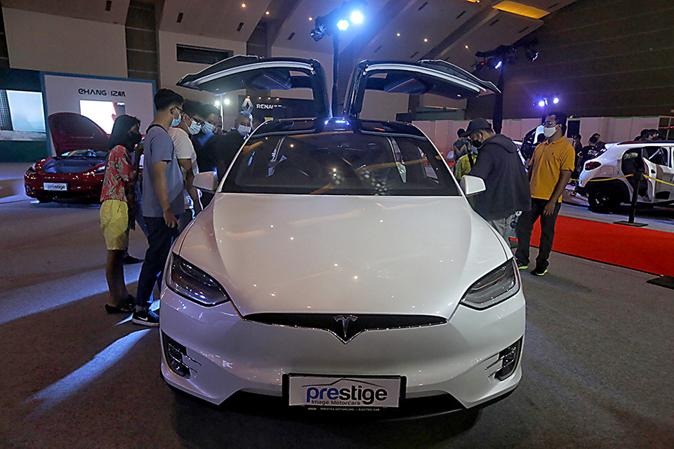 perbedaan mobil listrik
