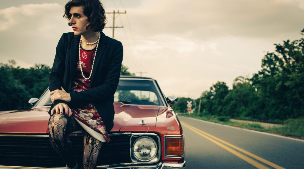 "Ezra Furman shares live performance video for ""Driving down To L.A."""